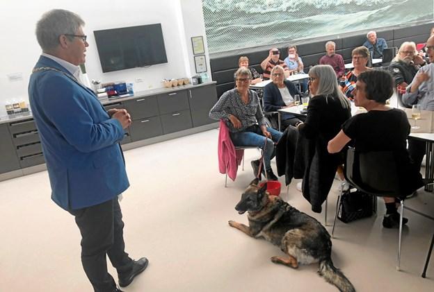 Arne Boelt lykønskede Liselotte Nielsen og Thilde ved en sammenkomst i rådhusets kantine torsdag eftermiddag. Foto: Thomas Nielsen
