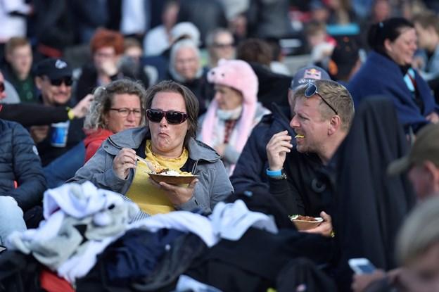 Tid til lidt mad, mens der ventes på Michael Falch og band. Foto: Ole Iversen