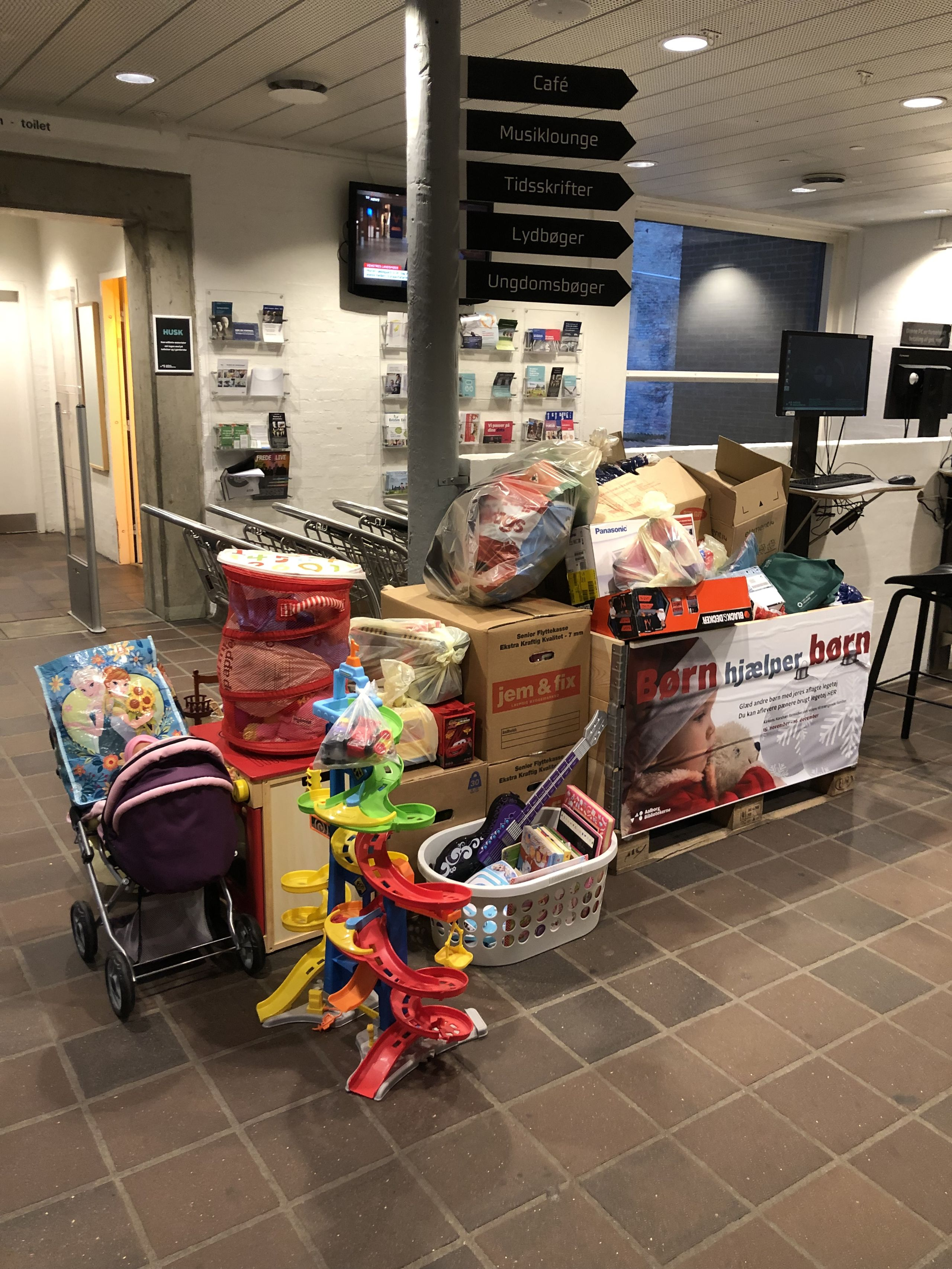 Mange dage har indsamlingskassen været alt for lille i forhold til de mængder, der er kommet ind. Foto: Aalborg Bibliotekerne