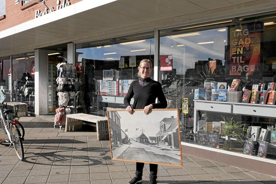 Malene Ibsen Jakobsen viser et fotografi fra 1919 hvor Marie Therese Holst Jessen etablerede boghandelen i Hirtshals. Foto: Peter Jørgensen Peter Jørgensen