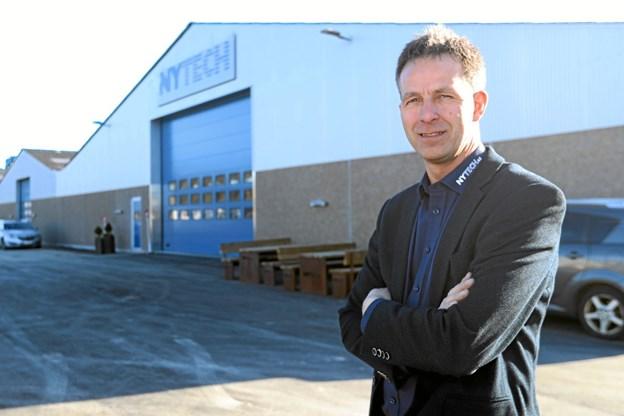 Administrerende direktør hos Nytech A/S i Vester Hassing, Michael Hansen foran den nye hal. Foto: Allan Mortensen