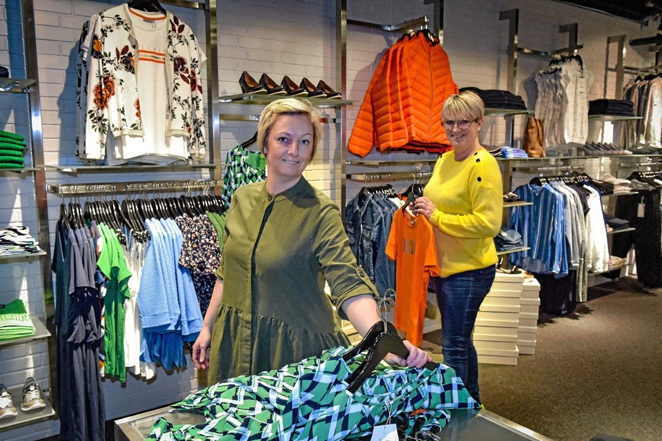 Efter ugers ombygger åbner Janne Holm Andreasen sin butik Secondstory torsdag i Hanstholm. Til højre Helle Baatz Nielsen der bliver medhjælper. Foto: Ole Iversen