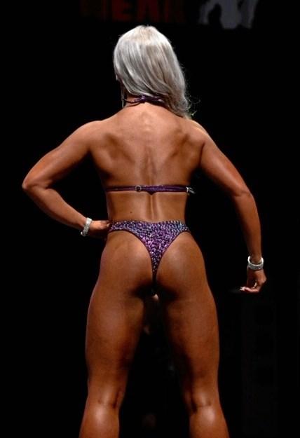 At posere i mere eller mindre udfordrende stillinger er en stor del af Bikini Fitness, fortæller Thea Madsen. Private fotos.