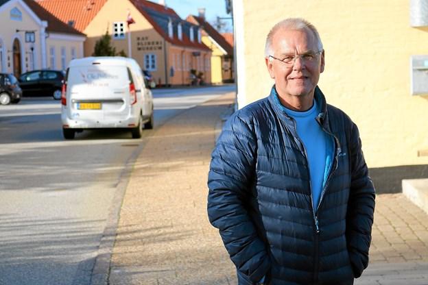Poul Erik Nielsen bor i den idylliske Algade, men nogle gange bliver idyllen forstyrret af vrede trafikanter der fejlagtigt mener at Algade er ensrettet. Foto: Tommy Thomsen