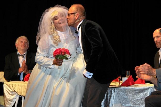 Det blev skam også til bryllup mellem gårdmandssønnen og tjenestepigen. Fra venstre Hanna Bjerregaard og gommen Dennis Arboe. Hans B. Henriksen
