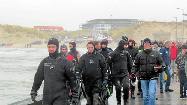 Under stor opmærksomhed fra publikum gjorde Løkken Sportsdykkerklub klar til nytårsdyk. Foto: Kirsten Olsen