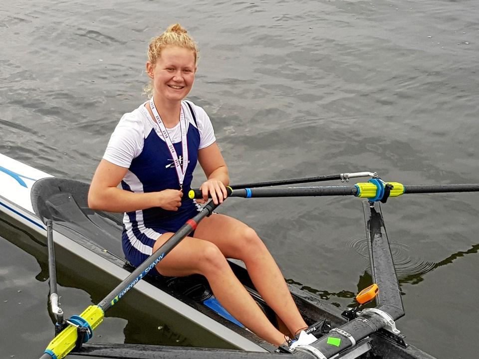 Trine Toft Andersen med sin VM-sølvmedalje om halsen. Foto: Hadsund Roklub