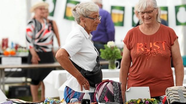 Søndag var der hosekræmmermarked i teltet på Hals Skanse. Foto: Allan Mortensen