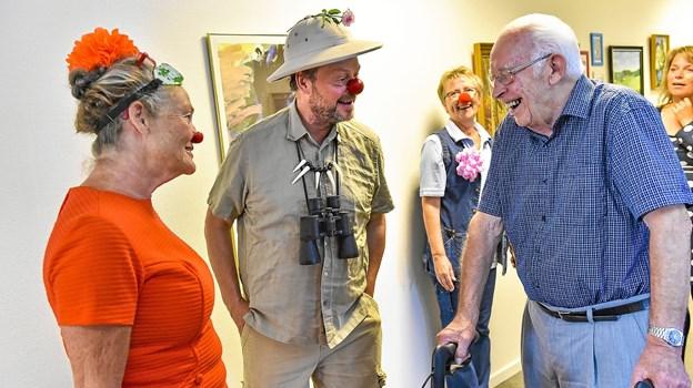 Galde smil og humør er hvad det handler om at finde, når Demensklovnene rykker ud. I baggrunden Anita Falk Nielsen, (med næse), som har skaffet klovnene til Vibedal.Foto: Ole Iversen
