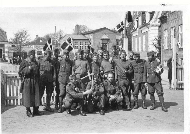 Ungarske soldater i Hjørring ved befrielsen 1945 - i baggrunden ses det gamle bibliotek.