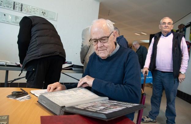 Jens Olesen fra Frederikshavn var på udkig efter frimærker, der kommer fra de baltiske lande og Norge. Steder, som han og konen har rejst til, og selv har billeder af stederne på frimærkerne.Foto: Henrik Louis