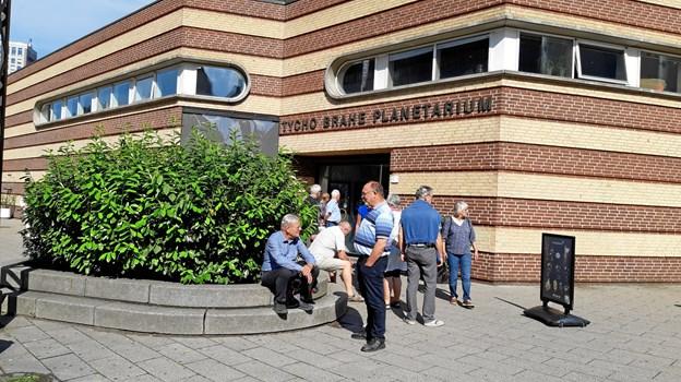 Turdeltagerne fra Ældre Sagen foran Tycho Brahe Planetarium. Privatfoto
