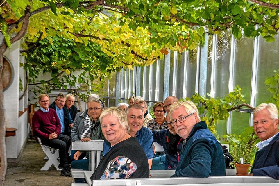 Klasserne mødtes i drivhuset hos Glenholm Vingård, hvor druerne var med til gøre rummet hyggeligt. Foto: Mogens Lynge