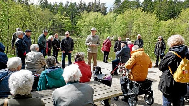 Naturvejleder Jakob Kofoed gjorde flere ophold undervejs, hvor han fortalte om områdets flora og fauna. Foto: Niels Helver Niels Helver