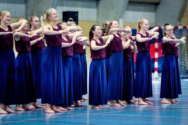 Nanna Venberg (til venstre på forreste række) og resten af pigerne på Vesthimmerlands Landsdelsjuniorhold lavede flot rytmik på gulvet. Torben Hansen