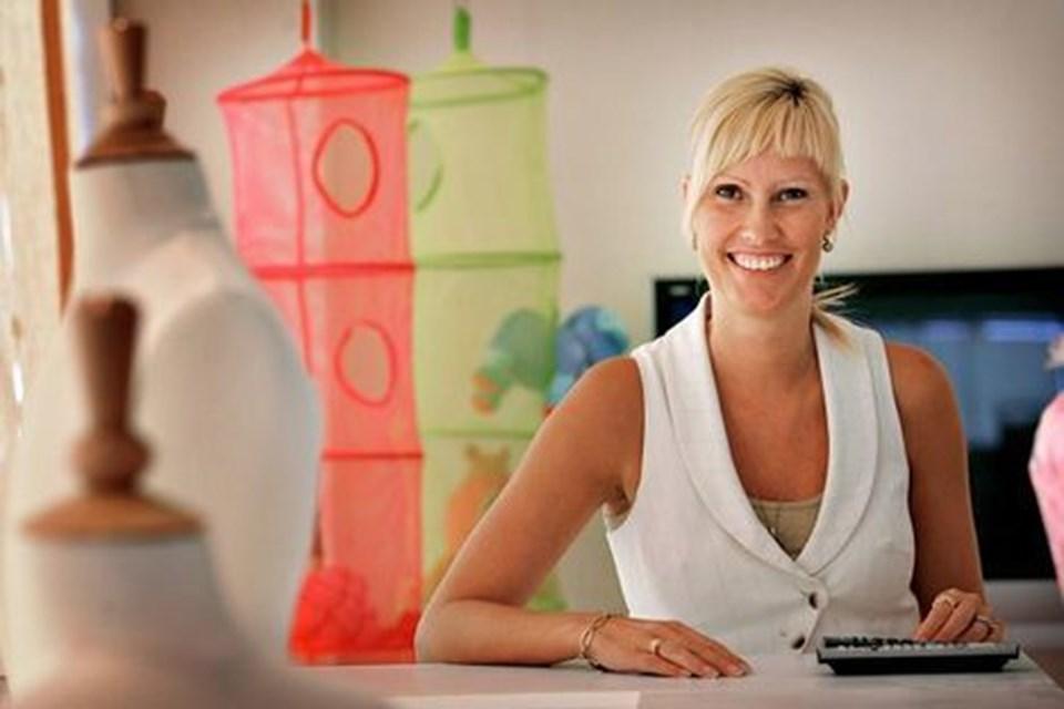35-årige Anne Rømsgaard Søndergaard er født ind i et liv med mursten og tegl. Men da muligheden bød sig, skiftede hun spor. På onsdag åbner hendes helt nye tøjbutik Feen & Frøen midt i Skørping.foto: michael koch