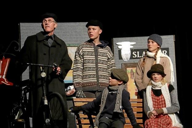 Jørn Lund (t.v) som den fyrede lærer Harald Viggo Johansen - sammen med Nikolaj Slot Thuesen, Cristian Dahl, Noa Frank Bjærggaard Skall og Nicoline Dybdahl Malling. Foto: Erik Røgild