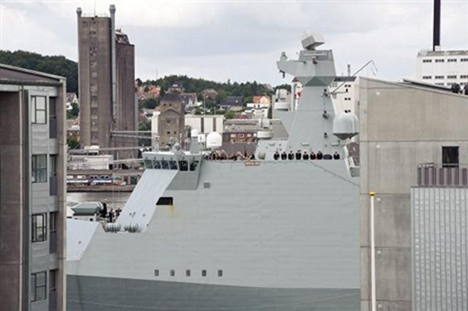 Absalon er en kæmpe på vandet. Her ses den titte frem mellem høje bygninger på Aalborgs havnefront.