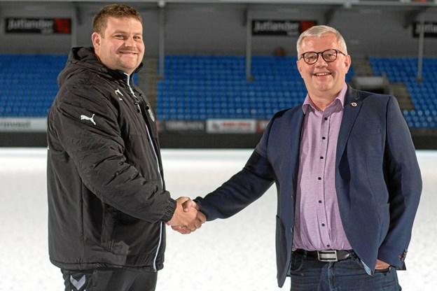 Bestyrelsesformand Per Andersen byder Lars Justesen velkommen til jobbet som talentchef i Hobro IKs amatørafdeling. Ansættelsen har i 2018 betydet øgede udgifter, men har samtidig bragt Hobro IK tættere på den eftertragtede B-licens på ungdomssiden. Arkivfoto