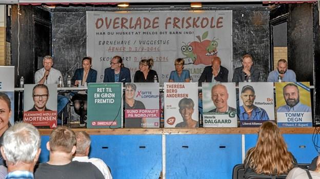 Kandidaterne var kommet på scenen i Overlade Minehal til aftenens debat. Foto: Mogens Lynge