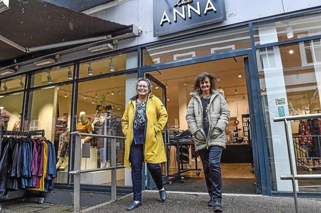 Jane Sørensen og Lene Wadmann (t.h.) er helt klar til at vise alt det flotte tøj til modeshowet 4. oktober.Foto: Ole Iversen