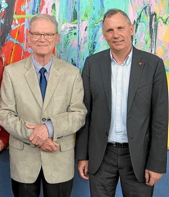 I 2015 blev Arnes 40-års jubilæum i Røde Kors fejret i Kulturhuset i Hjallerup. Fra hovedorganisationen var man opmærksom på hans store indsats, og derfor deltog generalsekretær i Dansk Røde Kors, Anders Ladekarl (th). Foto: Ole Torp Ole Torp