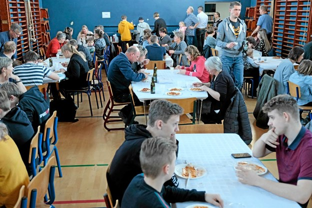Inden generalforsamlingerne var der socialt samvær med fælles spisning. Foto: Niels Helver Niels Helver