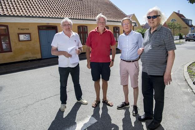 Efter en pause er de fire lokale historie- og arkitektur-entusiaster klar med en ny omgang af serien om Skagens bygninger og historier, der knytter sig der til.  De er alle fra Skagen Byting, der har nedsat denne firmandsgruppe. Denne gang skrives artiklen af Poul Bernth, som ses yderst til højre. Ved siden af ham er det Flemming Stig, Hans Nielsen og Chresten Sloth Christensen. Arkivfoto: Lars Pauli