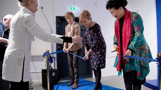 Snoren klippes af fra venstre Norges ambassadør, Aud Kolberg, Kulturminister Mette Bock of ambassadøren fra Kina, Deng Ying.