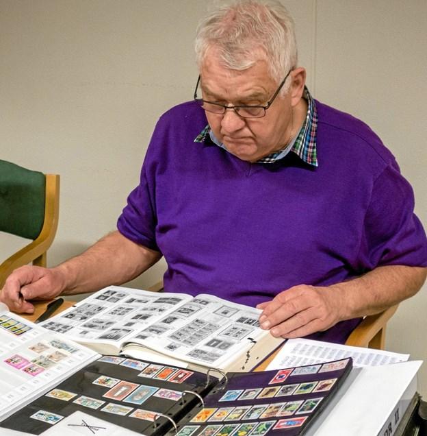 Benny Risager er ivrig frimærkesamler. Han og klubbens øvrige medlemmer hjælper gerne nye samlere i gang med den spændende hobby. Foto: Niels Helver