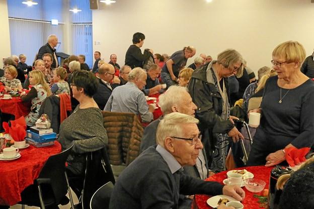 Mange kikkede indenfor i kirkecentret og fik sig en kop kaffe og en hyggesnak. Foto: Ole Nielsen Ole Nielsen