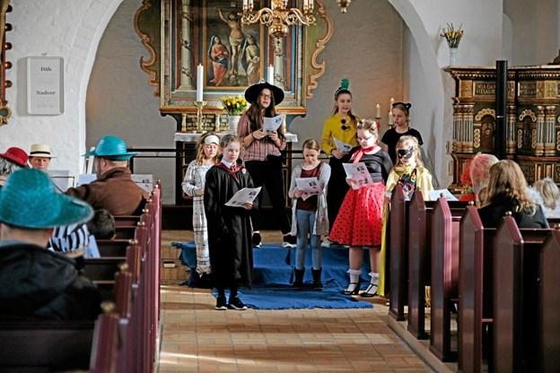 """Kirkekoret Rødderne sang vekselsang """"I dag er det fastelavn"""" sammen med menigheden. Foto: Niels Helver Niels Helver"""