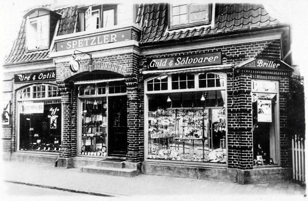 Vi kender det i dag som Stenbroens forretning, men huset med de mange finurlige detaljer blev bygget i 1914 til guldsmed Julius Jensen, som døde under influenzaepidemien i 1931, hvorefter guldsmed Spetzler overtog stedet.