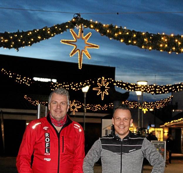 Karsten Sørensen (tv.) og Martin Frøstrup ser frem til juleløbet gennem Aabybro Centret. Privatfoto