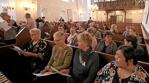 Det var mange sange, der skulle indøves på forholdsvis kort tid, men alt lykkedes, da der blev afholdt gospelworkshop i Dronninglund Kirke. Foto: Jørgen Ingvardsen Jørgen Ingvardsen