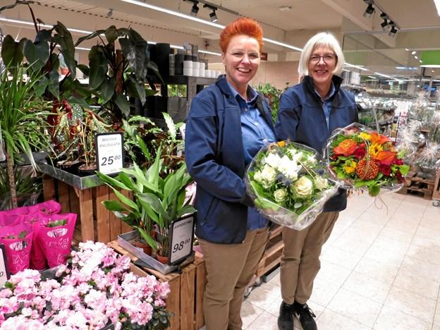 Gitte Sax Nielsen (tv) og Annette Boel Mortensen står for blomsterafdelingen i SuperBrugsen Hadsund. Foto: hhr-freelance.dk