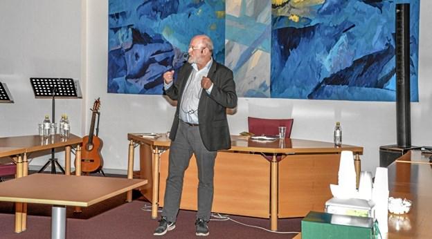 En veloplagt professor Johs. Nørregaard Frandsen i gang med sit foredrag. Foto: Mogens Lynge