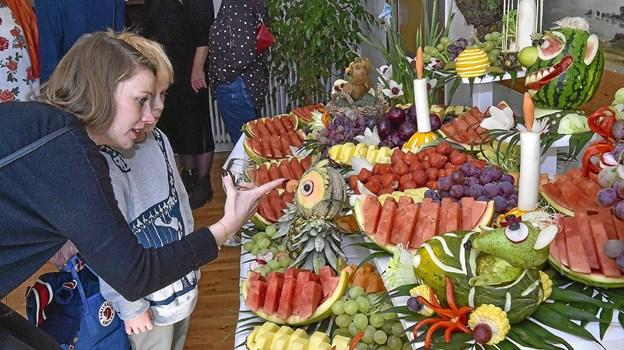 Frugtbuffeten var noget for sig og trak mange undrende blikke fra børn og voksne. Foto: Ole Iversen