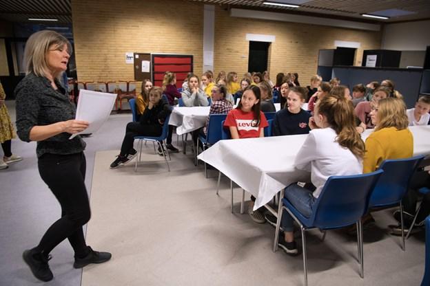 Før læsemaratonet gik i gang, var der informationer om nattens forløb ved skolebibliotekar Lone Endby Pedersen.Foto: Hans Ravn