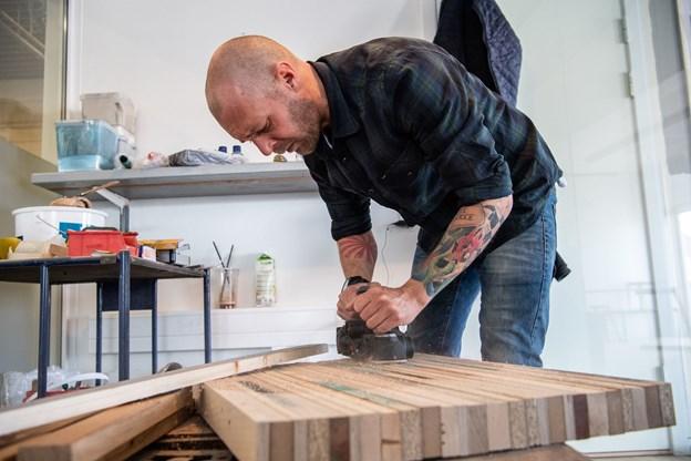 Dan Bruun har tidligere arbejdet som tømrer, og han beskriver sig selv som en multikunstner, der især arbejder med træ og jern.