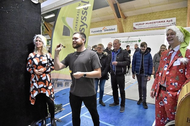 Hos Sparekassen Vendsyssel kunne man prøve lykken med dart. Det havde Simon Overgaard ikke den store succes med. Foto: Ole Iversen