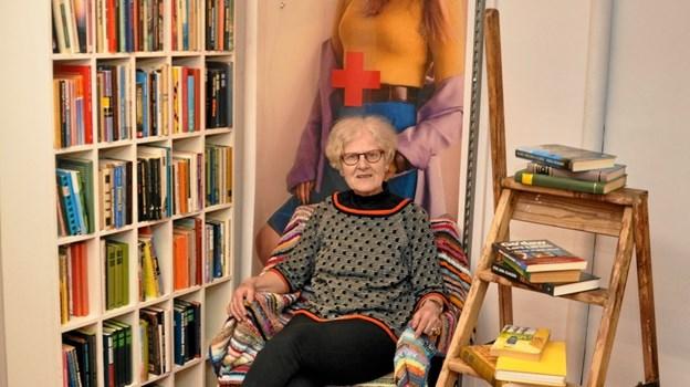 Inge Bisgaard har sat sig i boghjørnet. Trods et godt salg fornylig har man stadigvæk mange bøger tilbage. Det siges at være mandens foretrukne venteplads, mens konen gennemgår tøjstativerne. Foto: Ole Torp Ole Torp