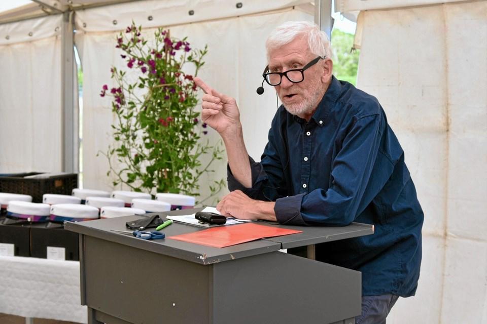 Forstander Conrad Andreasen taler til dimittenderne om den uddannelse, der forbereder dem til livets praktiske gerninger. Foto: Niels Helver Niels Helver