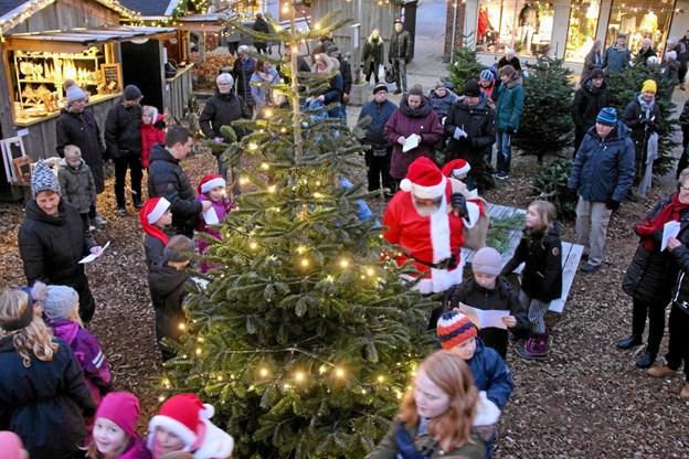 Da lyset på træet var tændt gik man sammen med julemanden rundt om juletræet. Foto: Hans B. Henriksen Hans B. Henriksen