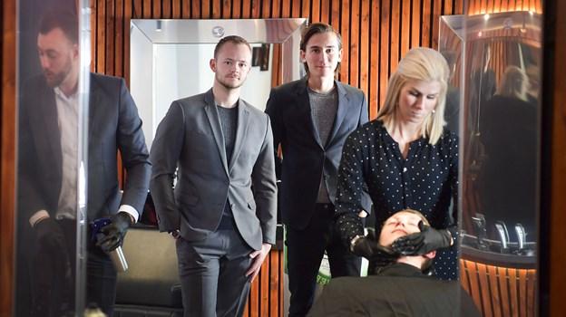 Frederik Kjaer (tv) og Phillip Nielsen har taget initiativ til barbershoppen i Frederik Hector House, hvor barber Stine Faber her i gang. Foto: Michael Koch