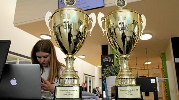 På stævnekonteret i DGI-Huset var de to flotte pokaler som blev spillet om. Foto: Flemming Dahl Jensen