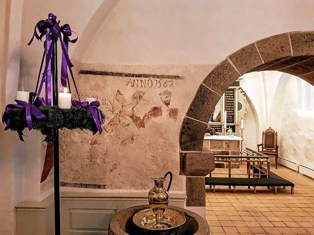 Kirken var smukt pyntet med adventskrans og masser af levende lys. Foto: Karl Erik Hansen Karl Erik Hansen