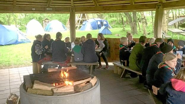 Spejderne samlet omkring aftensmaden, inden det blev tid til at gå til ro under åben himmel. Privatfoto