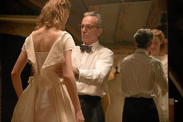 Rollen som modeskaberen Reynolds Woodcock spilles af Daniel Day-Lewis. I en scene fra filmen er det Alma, spillet af Vicky Krieps, der her klædes på.
