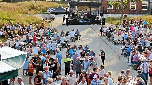 Der var igen i den sene aftensol samlet flere hundrede mennesker på bytorvet til koncert i Øster Hurup.  Foto: Ejlif Rasmussen Ejlif Rasmussen